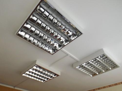 Irodai világítástechnika  kivítelezése tűkrös fénycső armatúrákkal  műanyag  csatornában vezetett  kábelozással 1